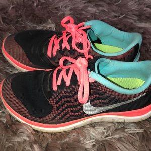 Multicolor Nike's with Neón peach shoe lace